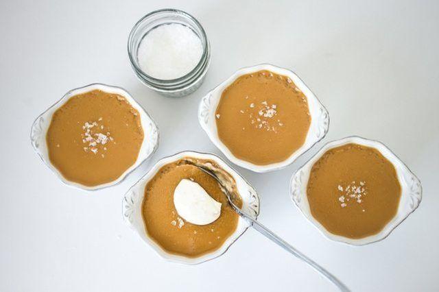 Fazer potes de manteiga de creme com creme fraiche e sal marinho para uma sobremesa verdadeiramente elevada.