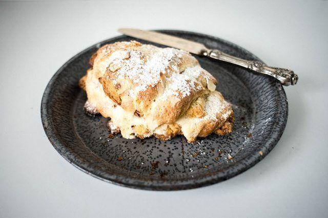 croissants amêndoa são nozes e rico.