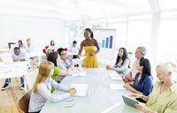 Mulher que dá o seminário sobre o edifício da equipe no lugar de escritório