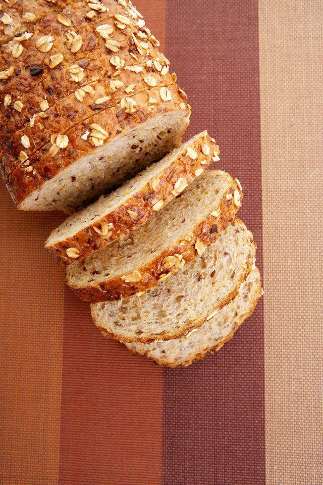 Uma fatia de pão de trigo-grãos e a partir do qual ele é produzido.