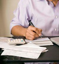 O empregador paga salários finais de acordo com a lei estadual.