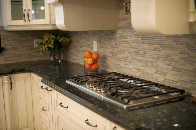 Cozinha moderna com fogão e granito balcão
