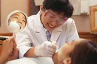 paciente limpeza dentista`s teeth.