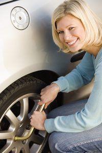 Corrigir o seu próprio carro usando as ferramentas certas em uma garagem DIY.
