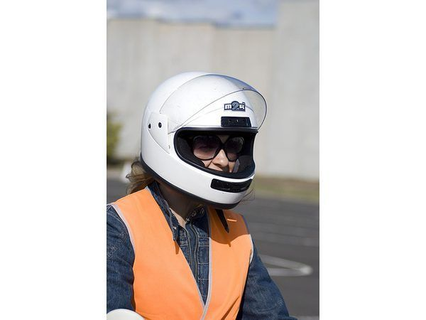 A maioria dos estados exigem o uso de capacetes ao montar uma scooter.