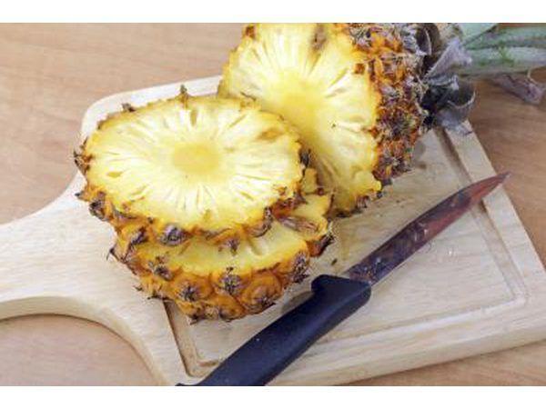 fatias frescas corte abacaxi sobre uma placa de corte