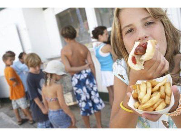 Hambúrgueres e cachorros-quentes são um grande sucesso com as crianças no parque de bola Little League.