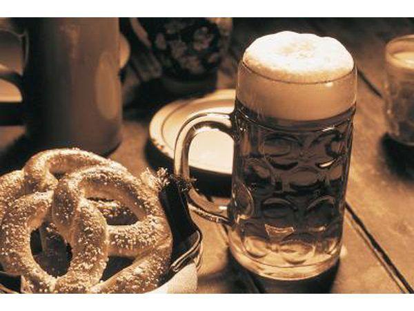 alimentos Oktoberfest clássicos como uma salsicha em um coque grosso vão perfeitamente com cerveja.