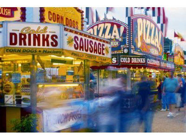 esquisitices fritos no mundo do alimento são grandes vendedores na feira.