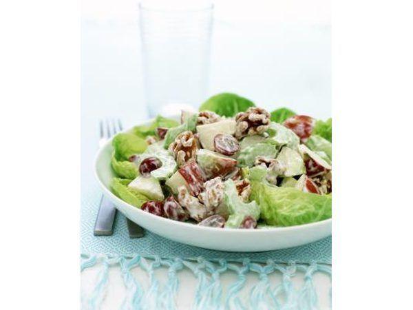 Uma tigela de salada.
