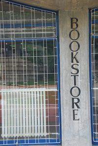 Um exemplo de uma estratégia de penetração no mercado é quando uma livraria incentiva os leitores a comprar vários volumes ao mesmo tempo.