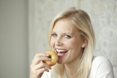 mulher que come uma maçã