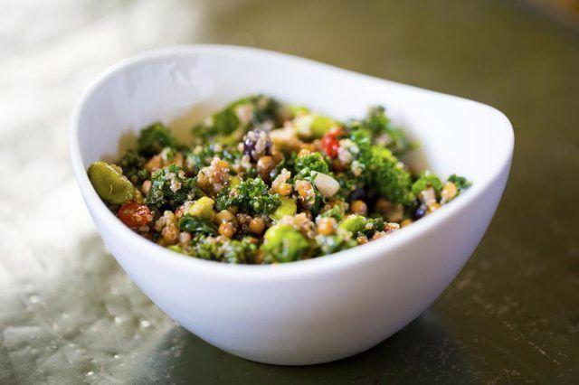 Uma tigela de salada com quinoa.