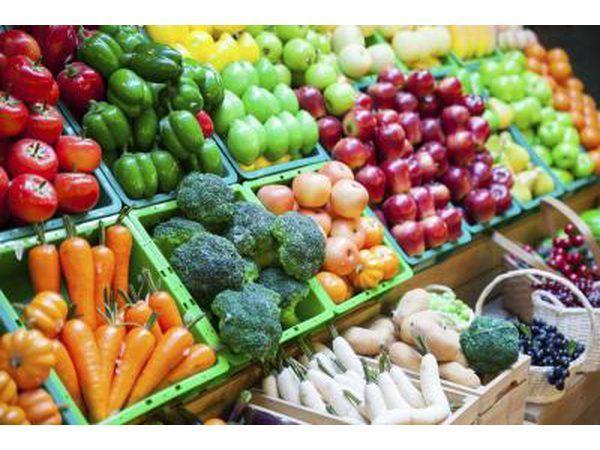 Frutas e vegetais para venda em um mercado.