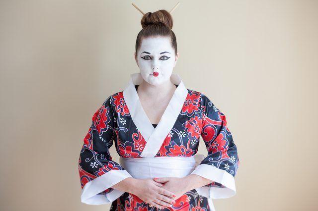 Como posso fazer uma fantasia de Halloween Geisha?