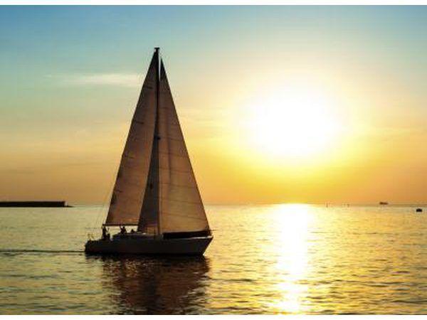 Um veleiro.