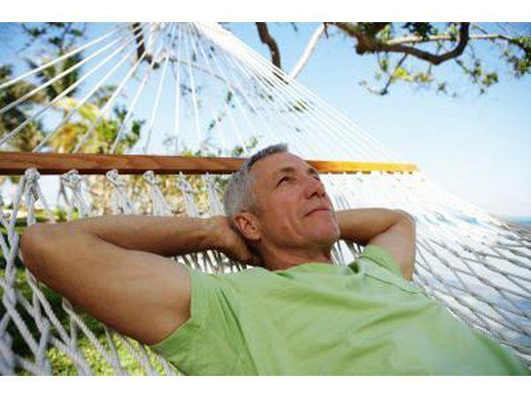 Homem que descansa na rede