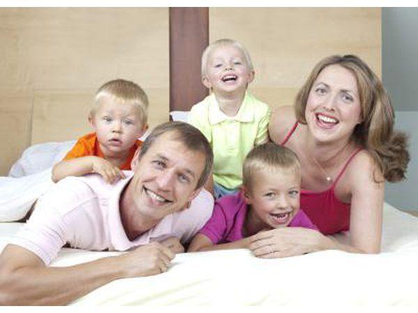 Família com 3 crianças pequenas.