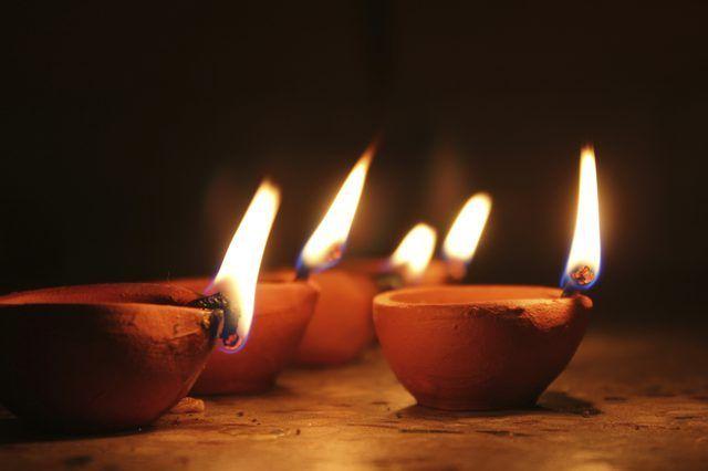 lâmpadas de óleo simples de barro ainda são usados em todo o mundo.