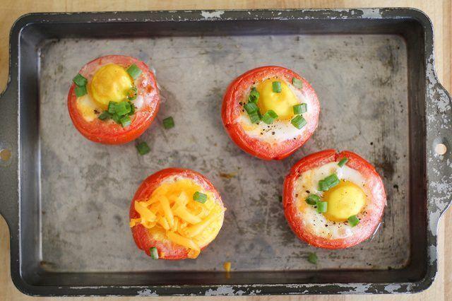Asse ovos em tomates para um pequeno-almoço inteligente.
