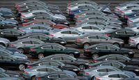 Os fabricantes de automóveis exigem distribuidoras a comprar carros como proprietário de uma franquia.
