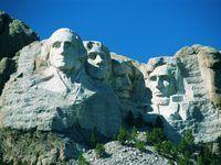Mount Rushmore, perto de Keystone, Dakota do Sul, apresenta esculturas de quatro líderes americanos famosos: George Washington, Thomas Jefferson, Theodore Roosevelt e Abraham Lincoln.
