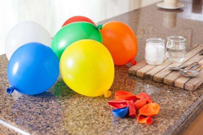 Como estourar um balão com bicarbonato de sódio e vinagre
