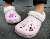 Close-up de Crocs em uma menina`s feet.