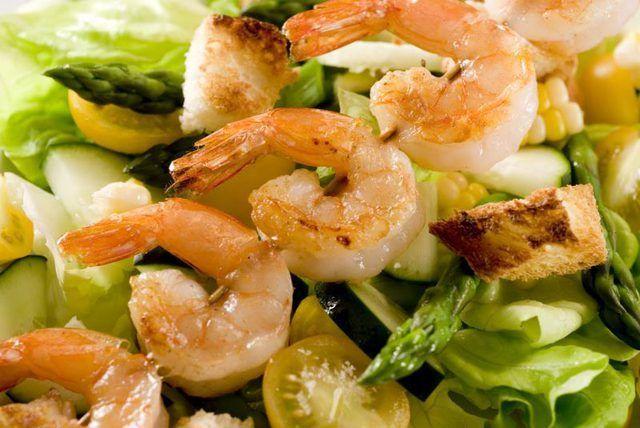Ideia do Close-up da salada com camarão e vegetais