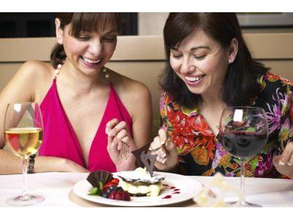 Duas mulheres que compartilham sobremesa em um restaurante