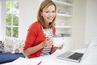 Imagem de uma mulher em seu laptop.