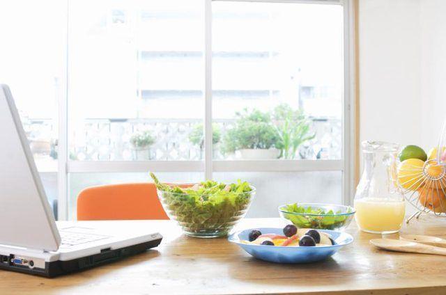 saladas saudáveis em uma mesa de cozinha.