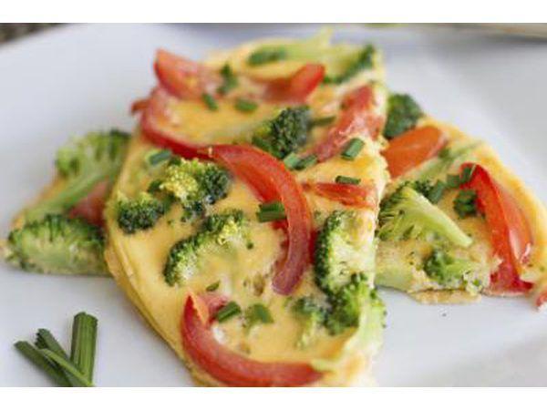 Close-up de uma omelete de legumes em uma placa