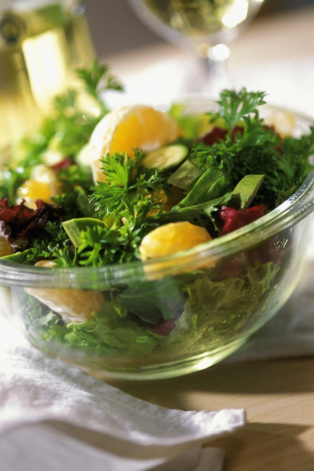 Close-up de uma salada em uma tigela de vidro