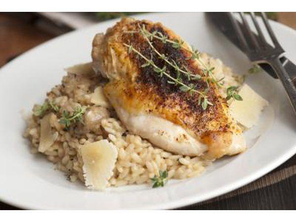 Um prato de frango assado servido sobre arroz integral