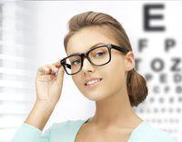 Mulher adulta nova com vidros está na frente de uma carta da visão