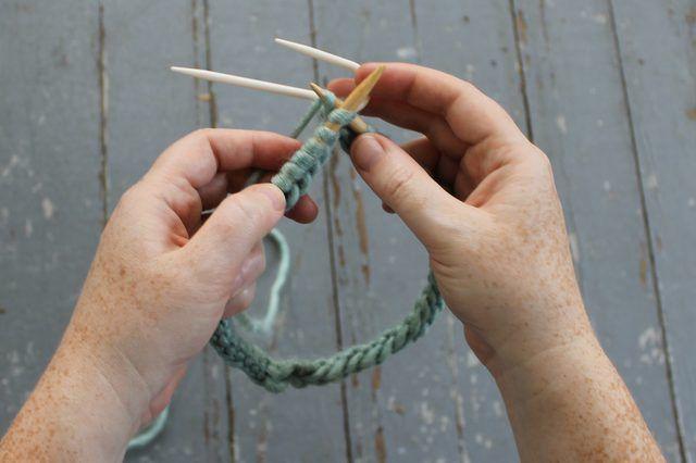 Segurando a agulha do cabo na parte de trás como você malha