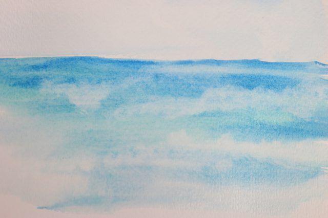 Enxugando papel toalha para absorver a tinta vai formar a ilusão de ondas.