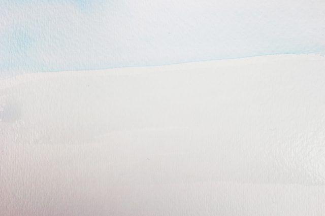 Escove água na parte inferior do papel para pintar oceano.