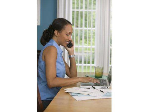 Mulher em contas de telefone pagando