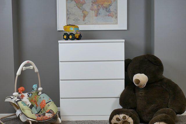 Como proteger a Dresser à parede para Childproofing