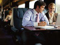 Empresário e empresária trabalhando no trem.