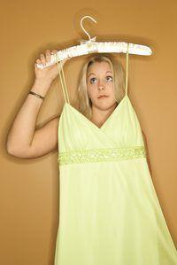 Encurtar vestidos adicionando dobras horizontais ao longo do corpete ou saia.