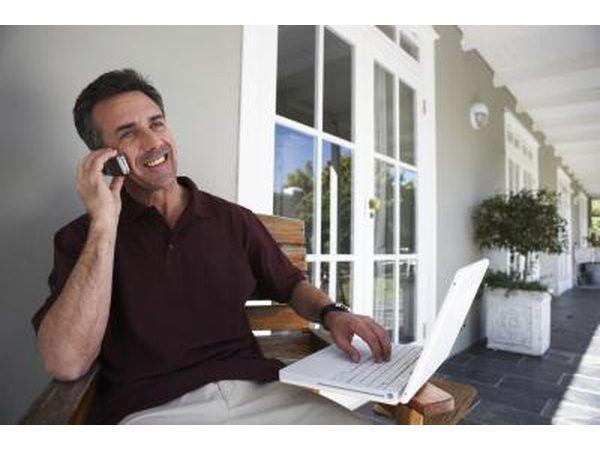 Homem no telefone em casa