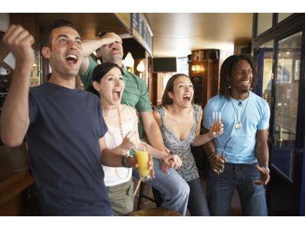 Amigos assistindo jogo de futebol no bar