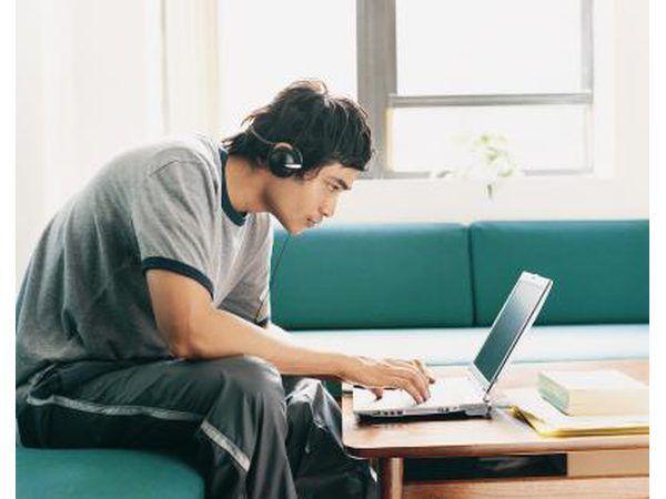 Homem que olha o portátil