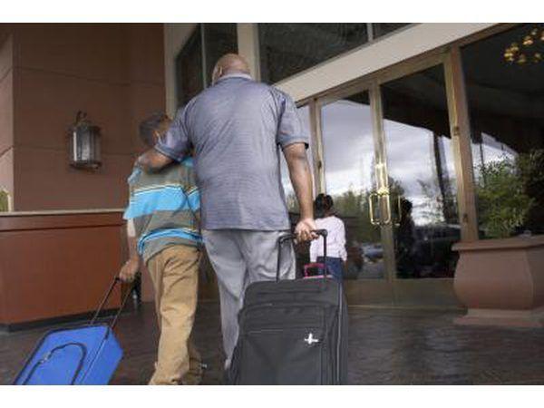 Pai e filho andando em Hotel