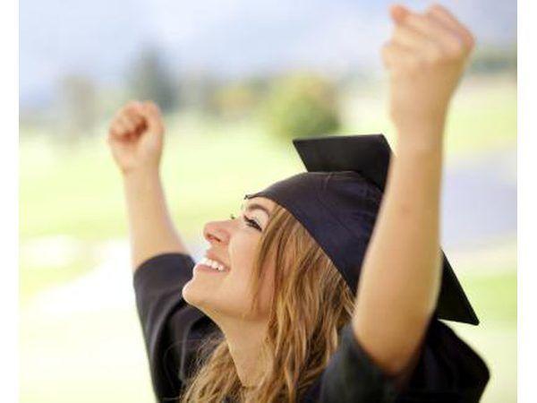 graduação da escola alta marca o fim da infância e início da vida adulta.