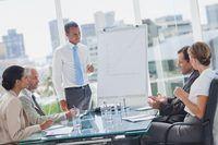 Um homem está dando uma apresentação para um grupo de pessoas de negócios.