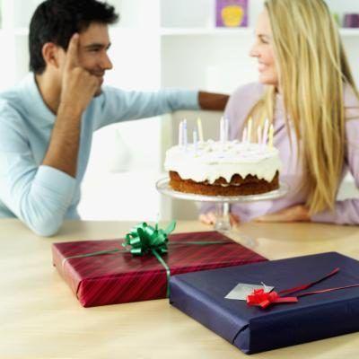 Faça o seu namorado um bolo de aniversário para mostrar a ele que você se importa.